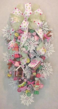 Gingerbread Christmas - sweet and every child's dream. Decoration Christmas, Christmas Swags, Christmas Door, Pink Christmas, Holiday Wreaths, Christmas Holidays, Burlap Christmas, Primitive Christmas, Country Christmas
