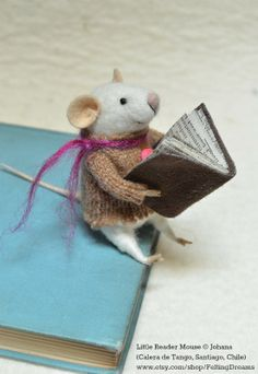 Little Reader Mouse, needle felted ornament animal © Johana (Artist. Calera de Tango, Santiago, Chile) Available at her shop:  www.etsy.com/shop/FeltingDreams Stock & Made to order needle felting.  Too dang cute :-) [Do not remove caption. International copyright law requires you to credit the copyright holder. Link directly to the artist's website. Artist's have to eat too!]   PINTEREST on COPYRIGHT:  http://pinterest.com/pin/86975836526856889/