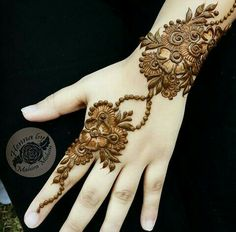 No occasion is carried out without mehndi as it is an important necessity for Pakistani Culture.Here,you can see simple Arabic mehndi designs. Back Hand Mehndi Designs, Simple Arabic Mehndi Designs, Henna Art Designs, Modern Mehndi Designs, Mehndi Designs For Fingers, Mehndi Design Images, Mehndi Simple, Latest Mehndi Designs, Bridal Mehndi Designs