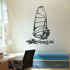 Um adesivo da silhueta de um jovem a praticar windsurf no mar. Um vinil perfeito para quem quer uma decoração alusiva ao desporto.