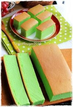 Ogura Cake Pandan Super soft moist - this cake is really addictive! Indonesian Desserts, Asian Desserts, Sweet Recipes, Cake Recipes, Dessert Recipes, Pandan Cake, Pandan Chiffon Cake, Pandan Cupcakes Recipe, Baking Cupcakes