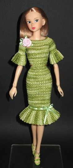 Not a Barbie, but a Barbie-like doll, and the knitted dress is wonderful! Crochet Doll Dress, Crochet Barbie Clothes, Knitted Dolls, Crochet Baby Boots, Cute Crochet, Beautiful Crochet, Fashion Dolls, Fashion Outfits, Barbie Patterns
