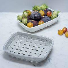 Un très joli plat de présentation en céramique. Idéal pour laver et présenter les fruits de saison : fraises, figues, prunes...On aime : l'effet trompe l'oeil de la céramique. Hauteur : 4,5Taille : 18 x 13,5 cm