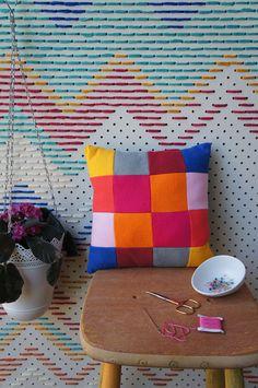painel do fundo com furos e transpassada por linhas coloridas