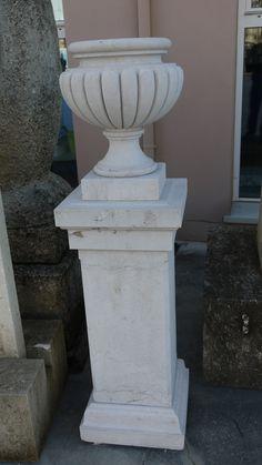 """Vaso con basamento in marmo - http://achillegrassi.dev.telemar.net/project/vaso-con-basamento-in-marmo/ - Vaso con decorazioni definite a """"fetta di melone"""" nella parte esterna e svuotato internamente, appoggiato su di un piedistallo sagomato e con superfici bocciardate. Entrambi gli elementi sono realizzati in Pietra d'Istria.  Dimensioni: Piedistallo  40cmx 40cm x 96cm (H)  Vaso  40cmx 40cm x 47cm (H)"""