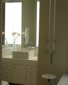 Banheiro Em Pastilhas De Vidro Creme,bancada Em Mármore Branco Projeto  Adrochaarquitetura