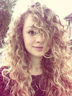 Carrie Hope Fletcher is my favorite. Pretty People, Beautiful People, Carrie Hope Fletcher, Curly Girl Method, Girl Crushes, Hair Goals, Her Hair, Brown Hair, Hair Inspiration