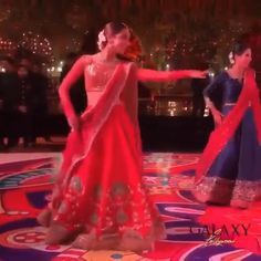 This sister of the groom & her adorable crew dancing to is simply irresistible! Asian Wedding Dress Pakistani, Bollywood Wedding, Indian Bridal Outfits, Indian Bridal Fashion, Indian Fashion Dresses, Wedding Dance Video, Wedding Videos, Indian Wedding Songs, Bride Sister