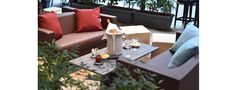 Cocoon è un divano dallo stile classico, di grande comfort, ideale per l'ambiente outdoor.  La sua struttura portante è realizzata in alluminio verniciato.  Sia il rivestimento che l'imbottitura sono idrofughi, antimuffa e antimacchia. Outdoor Sectional, Sectional Sofa, Comfort, Outdoor Furniture Sets, Outdoor Decor, Showroom, Grande, Design, Home Decor