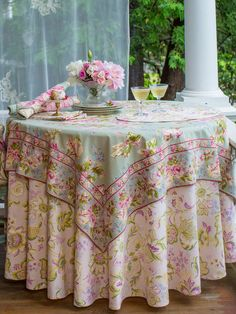 A collection of beautiful tablecloths will allow you to keep changing the look of your tea table. Mantel Redondo, Kitchen Tablecloths, Tea Party Table, Shabby Chic Pink, Round Tablecloth, Rose Cottage, Table Linens, Interior Design Living Room, Craftsman
