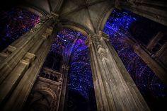 Projeções de realidade virtual estampam teto de igreja gótica em Paris