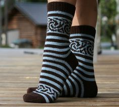 Ulla 03/09 - Ohjeet - Vellamo Crochet Slippers, Knitting Socks, Mittens, Hats, Pretty, Crochet Clothes, Knit Socks, Fingerless Mitts, Hat