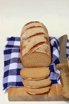 Egyszer már sütöttem rozskenyeret bajor rozskenyér néven, de abban fele-fele arányban volt rozs-, ill. fehér liszt. Nagyon ízl... Hungarian Recipes, Food And Drink, Pizza, Breads, Bread Rolls, Bread, Braided Pigtails, Bakeries