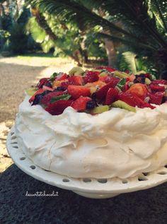 Pavlova con frutta fresca  http://dessertetchocolat.blogspot.it/2016/03/pavlova.html