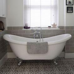 Small Bathroom Ideas With Slipper Bath - Roll Top Bath And Patterned Floor Tiles Bathroom Floor Tiles, Bathroom Wallpaper, Bathroom Sets, Tile Floor, Bathroom With Shower And Bath, Cozy Bathroom, Bathroom Plans, Ikea Bathroom, Bathroom Layout