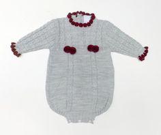 Conjunto de punto en celeste y camel, compuesto de polainas, jersey y capota. 100% dralon. Fabricado en España