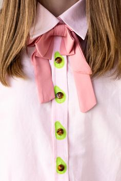 DIY Avocado Buttons – Studio DIY Add a little flair to a plain button down shirt and make DIY avocado buttons! All you need is paint, and the possibilities are endless! Diy Fashion, Ideias Fashion, Fashion Outfits, Fashion Tips, Fashion Design, Work Fashion, Unique Fashion, Fashion Ideas, Diy Vetement