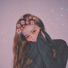 Roses on rose's head Korean Girl Photo, Cute Korean Girl, Korean Girl Groups, Asian Girl, Blackpink Photos, Girl Photos, Princesas Disney Hipster, Foto Rose, Lisa Blackpink Wallpaper