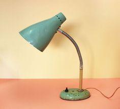 Très belle lampe retro des années 1960 de lère soviétique Légèrement cabossée à la tête et trace de rouille au pied, comme sur les photos Bouton dallumage et tige flexible Fil electrique dorigine