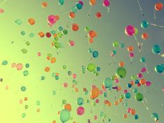 http://data.whicdn.com/images/8554094/cor,balloons,colors,green,photography,sky-c9937f79d2c97a0b73df23af63ba6323_h_large.jpg