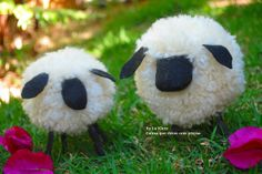 Pom pom Sheep! Instructions are in Spanish, but the gist is: pegs painted black for legs and a few bits of felt for ears and a face. Awesome.
