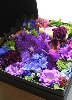 BOX FLOWER ARRANGEMENT ボックスフラワーアレンジメント Surprise & Excitement Flower Gift サプライズと感動をお届け…花と香りの贈り物 「Box Flower Arrangement – ボックス・フラワーアレンジメント」は、当店オリジナルの高品質ギフトボックスにお花を敷き詰めるようなイメージでアレンジメントしたサプライズフラワーギフト! お届け時にはボックスのふたを閉めてリボンをおかけしてお渡しします。ボックスのふたを開けた瞬間「ふわっ!」とお花の香りと幸せな気分に包まれるはず!! オリジナルギフトボックス 当店が独自に開発した花専用の高品質なギフトボックスですので、他では見ないような、様々な種類のお花を使ってアレンジすることが可能 Romantic Flowers, Amazing Flowers, Purple Flowers, Beautiful Flowers, Flower Box Gift, Flower Boxes, Small Centerpieces, Flower Boutique, Mothers Day Flowers