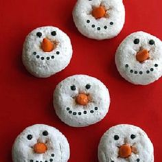 These donut snowmen would be a perfect Christmas morning breakfast. Kids and kids at heart will live it. #christmasbreakfast #snowmen #donuts