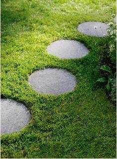 round pavers set into ground cover Garden Steps, Garden Paths, Garden Landscaping, Formal Gardens, Outdoor Gardens, Round Pavers, Landscape Design, Garden Design, Garden Stepping Stones