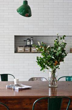 Se você frequenta as redondezas do Pinterest e segue boards de decoração já percebeu a última tendência de decór: cozinhas com azulejos brancos. Mas não dos quadradinhos. Dessa vez, o formato que e…