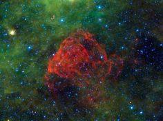 NASA's WISE-missie maakt 'atlas van de ruimte' (© NASA/JPL - Caltech/UCLA photo) d vergeten restanten van Puppis A, een rode stofwolk die vrijkwam nadat 3700 jaar geleden een supernova explodeerde