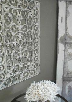 Doormat . Een deurmat geverfd en tegen de muur