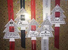 Pendaglio natalizio da inserire nel nastro, alta personalizzazione, realizzato in cartoncino con stampa in oro a caldo, a partire da 300 pezzi.
