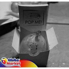 1. Mete una carta dentro de un globo e inflalo con ella dentro. 2. Ponlo en una caja y pega en la tapa de la caja un mensaje. 3. Puedes adornar la caja con confeti o diamantina. 4. Daselo a una persona especial.