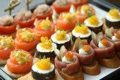 Říká se, že to nejlepší přichází v malých dávkách. Pokud si tohle rčení půjčíme do kuchyně, jsou kanapky tím nejlepším příkladem. Že nevíte, o čem je řeč? Přečtěte si náš článek, obsahuje také recept na kanapky s lososem a koprovou snítkou. Sushi, Wordpress, Ethnic Recipes, Appetizers, Food, Sushi Rolls