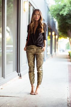 Shimmy Shimmy Gold Pants Gold pants and deep-V black lightweight top – Song of Style Song Of Style, My Style, Fashion Blogger Style, Look Fashion, Fashion Trends, Gold Pants, Estilo Blogger, Holiday Party Outfit, Christmas Party Outfits