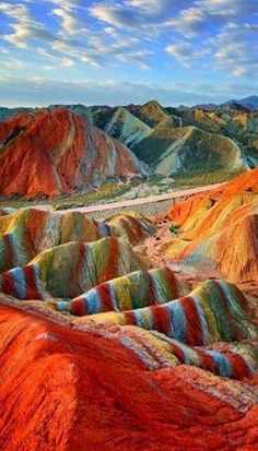 Les roches multicolores de la montagne Zhangye Danxia en Chine   Non ces roches n'ont pas été retouchées à l'aide de Photoshop, les couleurs de ces montagnes sont tout ce qu'il y a de plus naturel. Situé en Chine, ce paysage fabuleux et hors du commun serait dû en réalité à l'entassement de roches stratifiées, conjugué à un soulèvement tectonique ainsi qu'à l'érosion. Source: Gentside