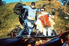 Un monument du kitsch. De 1966 à 1968, Batman fait  l'objet d'une adaptation culte à la télévision. Une série de 120 épisodes qui  cumule les costumes cheap, les répliques à deux balles et les onomatopées  inscrites à l'écran. Le personnage interprété par l'acteur Adam West devient  également la première adaptation de Batman au cinéma, en 1966.