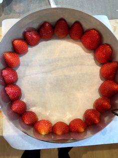 Festkake med jordbær og lime – NRK Mat – Oppskrifter og inspirasjon Cheesecake, Lime, Desserts, Food, Alcohol, Tailgate Desserts, Limes, Deserts, Cheesecakes