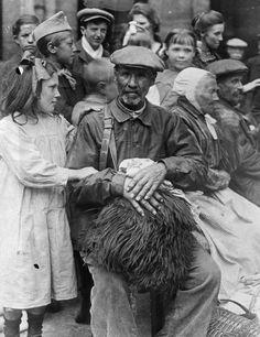 Fotos de la Primera Guerra Mundial: 99 aniversario del verano de su comienzo (IMÁGENES). 1918. Una niña con un refugiado frances en la estación Gard du Nord.