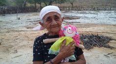 Senhora de 84 anos do Sertão de Manari PE que ganhou sua primeira Boneca de Pano