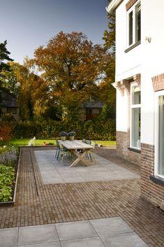 Mooie combinatie van Bylandt gebakken klinkers en betontegels in een klassieke tuin