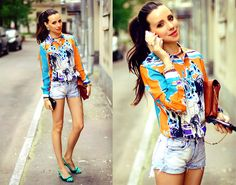 busy shirt, blue jean shorts, cute shoes a clutch and high ponytail ! love it.