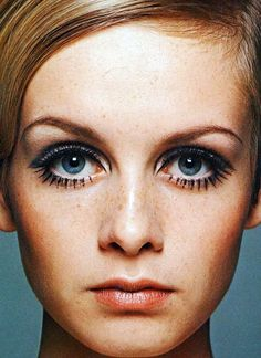 EVOLUÇÃO DAS SOBRANCELHAS ANOS 60 Nos anos 60 as sobrancelhas voltaram a ficar finas porém arqueadas e tingidas, para combinar com a cor dos cabelos. Texto: Mag Estética