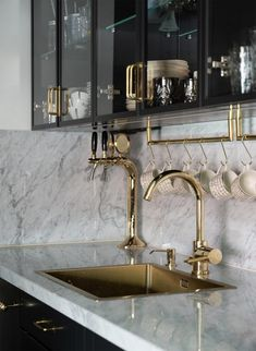 brass home accents Perfekt marmor ESNY inspo Luxury Kitchen Design, Interior Design Kitchen, Interior Decorating, Gold Interior, Modern Luxury Bathroom, Marble Interior, Black Kitchens, Luxury Kitchens, Black Kitchen Island