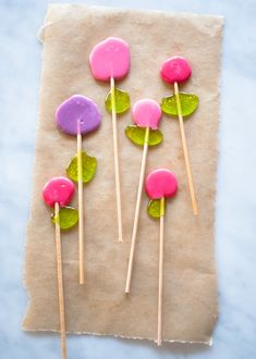Easy-to-make Dot Flower Lollipops from Candy Aisle Crafts!