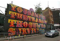 http://museu2009.blogspot.com.br/2017/07/grenfell-tower-mural-honours-victims.html Grenfell Tower mural honours victims with words from powerful Ben Okri poem. - O mural da Torre Grenfell honra as vítimas com as palavras do poderoso poema Ben Okri.