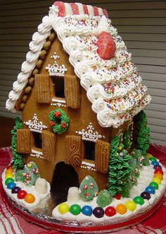 A gingerbread house is sooo adorable and pretty! But these incredible ones take gingerbread houses to the next level! Gingerbread House Parties, Christmas Gingerbread House, Noel Christmas, Christmas Goodies, Gingerbread Man, Christmas Treats, Christmas Baking, Gingerbread Cookies, Gingerbread Crafts