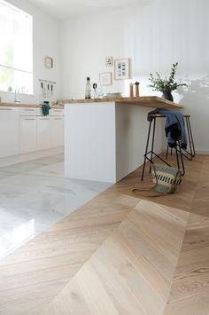 Pour délimiter les espaces, mixez les matières ! Le mélange de marbre et de bois promet un résultat résolument tendance et élégant. #castorama #inspiration #decoration #ideedeco #tendancedeco #parquet #marbre #cuisine