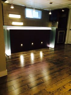 bar de verre avec lumière DEL... petites lumières d'escalier intégrées au bas du bar...