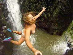 SELFIE: Wanita yang sangat nekat melompat dari ketinggian tebing sungai yang sempit, salah melompat akan berakibat sangat fatal